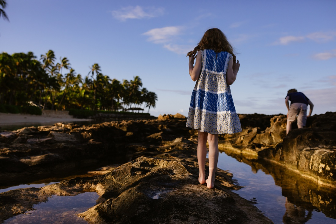 kids exploring tide pools in koolina during family photoshoot