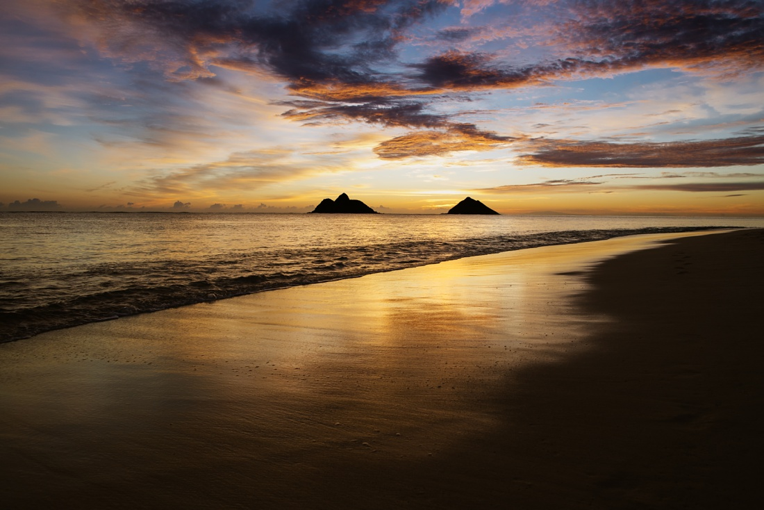 mokulua islands at sunrise at lanikai beach oahu