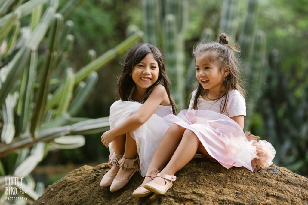 sisters laughing together during a hawaii family photo session